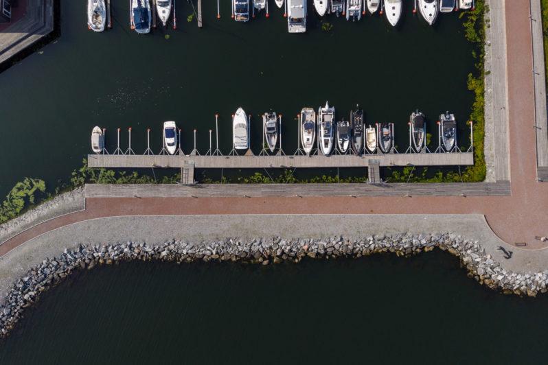 Fast brygga kaj hamnpromenad